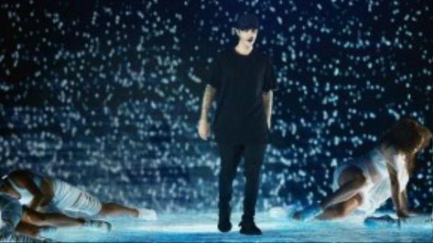 Justin Bieber là một trong những nghệ sĩ biểu diễn tại MTV Video Music Awards 2015. Nam ca sĩ trẻ mang đến ca khúc mới What Do You Mean? bằng màn treo người trên không hoành tráng.