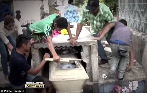 Sốc: Bé gái mang bầu bất ngờ sống lại sau một ngày bị 'chôn sống'