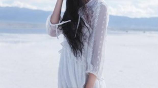 Bộ ảnh mới của Zhang Xin Yuan mang chủ đề Chim trắng được thực hiện tại một bãi biển.