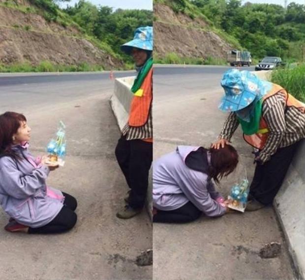 Cô gái quỳ gối tặng quà cho người mẹ quét rác gây xúc động mạnh