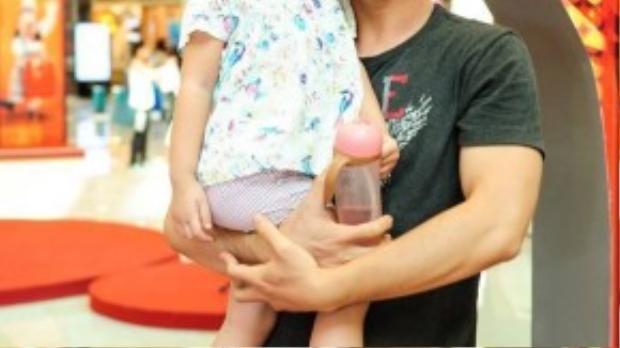 Ca sĩ Hà Okio lần đầu tiên đưa con gái đi sự kiện.