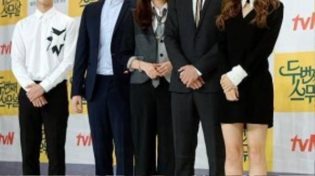 Hôm 25/8, Choi Ji Woo cùng ê-kíp làm phim Second Twenty của đài truyền hình cáp tvN có buổi ra mắt báo chí ở hội trường Times Square Amoris, Yeongdeungpo. Mỹ nhân 38 tuổi diện áo vest trung tính, đeo cà-vạt, quần âu và giày da theo phong cách menswear.