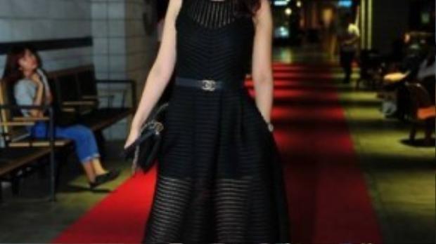 Nữ ca sĩ - diễn viên sinh năm 1988 tự tin khoe vóc dáng chuẩn trước ống kính máy ảnh dù mới sinh con cách đây không lâu.