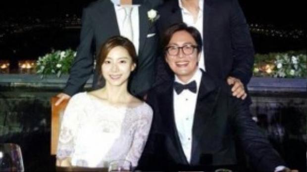 Trước khi Song Seung Hun công khai chuyện tình cảm với người đẹp kém nhiều tuổi, người bạn thân thiết của anh là Bae Yong Joon vừa nên duyên với nữ diễn viên Park Soo Jin. Ở tuổi 42, Bae Yong Joon cuối cùng ổn định gia đình bên người đẹp kém anh tới 13 tuổi. Cặp đôi mới hẹn hò từ đầu năm nay và nhanh chóng quyết định kết hôn vào tháng 5.