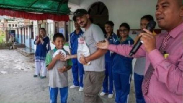 Jetin Shrestha hạnh phúc khi được nhận quà.