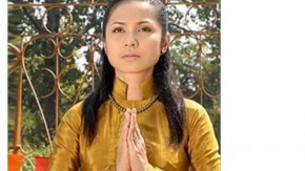 """Không đăng tải bất kỳ thông tin gì nhưng """"người đẹp Tây Đô"""" Việt Trinh quyết định thay đổi ảnh đại diện cũ bằng một bức hình ghi lại cảnh cô mặc áo dài và chấp tay cầu nguyện."""