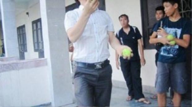 Thầy giáo Nguyễn Văn Định đang đi qua thảm thủy tinh để minh chứng với phụ huynh là việc trên hoàn toàn không nguy hiểm mà còn là bài học bổ ích cho trẻ.