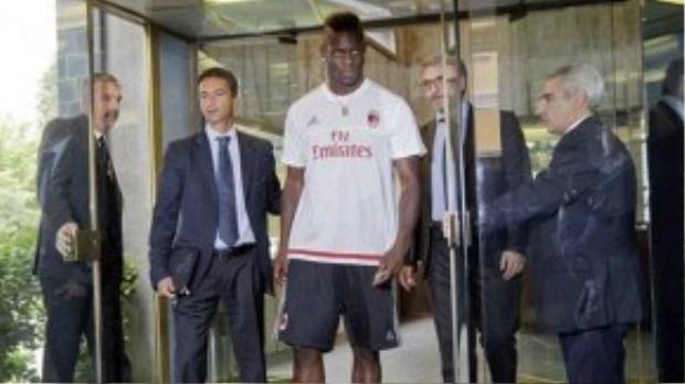 Thất bại trong tình trường nhưng Balotelli được Milan mượn ở mùa bóng này với mức lương cao.