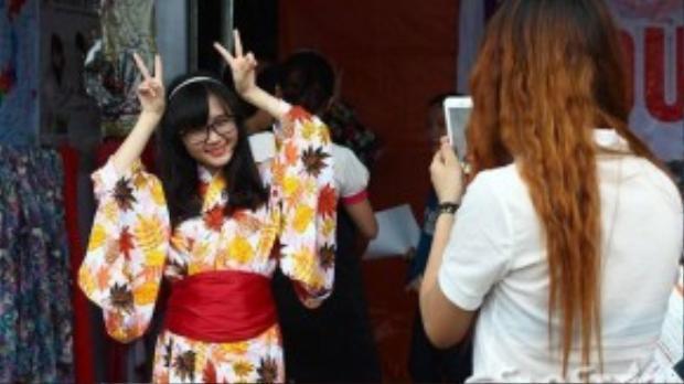 Mặc thử yukata (một trang phục truyền thống đơn giản dành cho phụ nữ Nhật) thu hút được nhiều bạn trẻ tham gia.