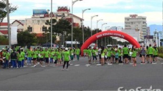 Cuộc thi bắt đầu từ 4 giờ sáng dành cho cự li 42km và 21km, riêng nội dung thi 5km diễn ra vào lúc 7 giờ sáng.