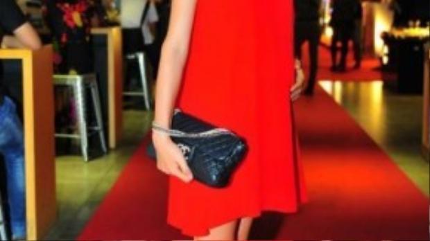 Cựu người mẫu - diễn viên Trang Trần đến chúc mừng người đồng nghiệp.
