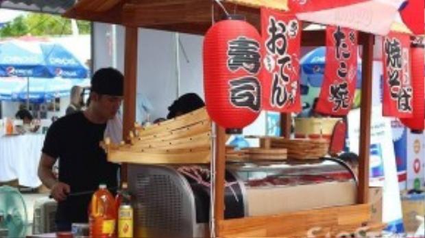 Các gian hàng ẩm thực được trang trí đẹp mắt theo phong cách truyền thống Nhật Bản.