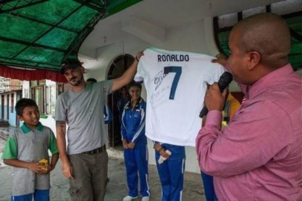 Cristiano Ronaldo tặng quà cho fan nhí sống sót sau trận động đất ở Nepal