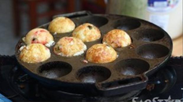 Bánh bạch tuộc takoyaki - một món ăn truyền thống của Nhật Bản.