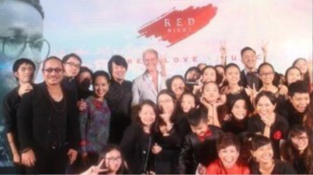 Các khách mời tham dự buổi lễ chụp hình kỉ niệm.