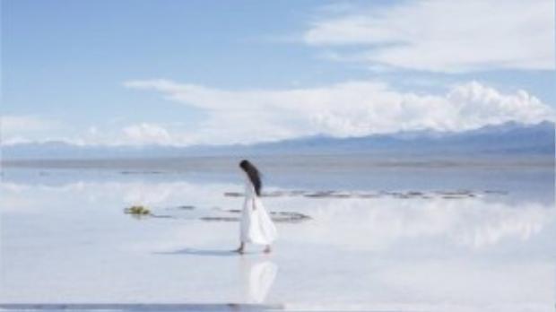 Cô gái sinh năm 1990 sải bước trên bãi biển thơ mộng.