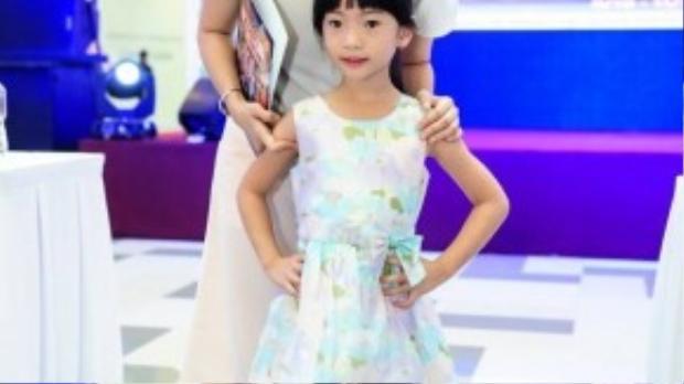 Cô con gái lớn của Thanh Thảo rất dạn dĩ khi xuất hiện ở chốn đông người. Cô gái mê nhân vật Cô chuột Minnie và chú vịt Donald nên sẽ đòi cho bằng được mẹ đưa đi xem.
