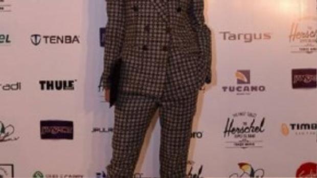 Phong cách menswear được siêu mẫu Trang Khiếu lựa chọn trong sự kiện này. Họa tiết caro thời thượng làm nổi bật lên phong thái của một người mẫu đẳng cấp quốc tế.
