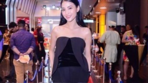 Bạn gái cũ Trấn Thành - hot girl Mai Hồ diện jumpsuit quây sành điệu, để lộ bờ vai gợi cảm.