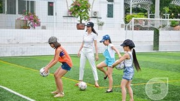 Sau đó cả bốn cô trò chuyển sang kỹ thuật đá bóng vào lưới.