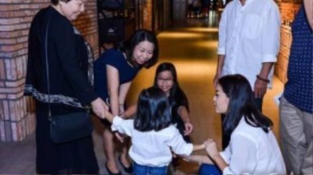 Bạn bè và người thân Quang Huy thay Trương Quỳnh Anh chăm sóc con gái để cô chuyên tâm vào việc hỗ trợ Sơn Tùng đón tiếp khách mời.