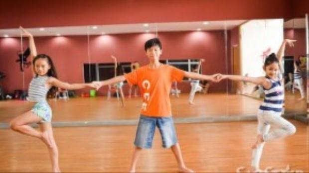 Thí sinh Nam Anh đến từ đội Đoan Trang cũng chuẩn bị một tiết mục rất ấn tượng với sự giúp đỡ của Bảo Ngọc và Linh Hoa - quán quân BNHV nhí mùa trước.