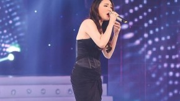 """Với vai trò ca sĩ khách mời, ca sĩ Hồ Quỳnh Hương xuất hiện thật xinh đẹp với chiếc váy đen dài cùng gương mặt thon gọn. Cô biểu diễn ca khúc """"Nụ hôn cuối cùng""""."""