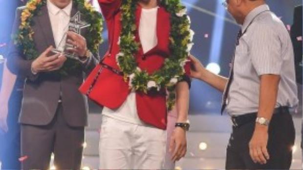 Giành số điểm cao từ giám khảo và lượt bình chọn từ khán giả, chàng trai mồ côi Phạm Chí Thành đã trở thành quán quân mùa đầu tiên Ngôi sao phương Nam.