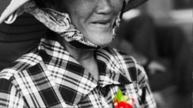 Cô Hồ Thị Quyền, sinh 1957, hiện làm nghề bán báo dạo.