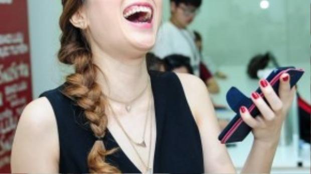 Nụ cười đặc trưng của cô, cho thấy sự khác biệt giữa một Mỹ Tâm quen thuộc với một HLV Giọng hát Việt.