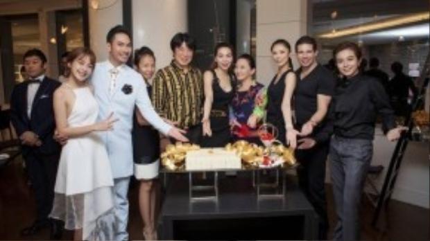 Trước khi ra về, các nghệ sĩ Việt còn dành thời gian chụp ảnh lưu niệm với hoa hậu Riyo Mori
