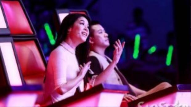 """Khi học trò trình diễn, Thu Phương mải mê hát theo để tăng sức mạnh cho cô gái """"ốc tiêu"""" trong đội."""