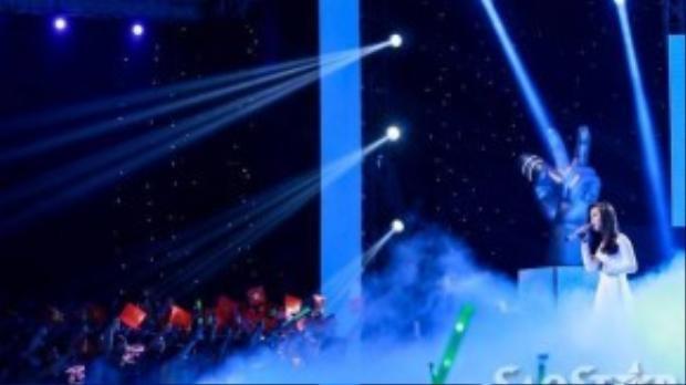 Hình ảnh ấn tượng nhất trong đêm chính là các fan của Mỹ Tâm đã đồng loạt giơ cao lá cờ tổ quốc hòa theo giọng hát của Bảo Uyên. Mỹ Tâm xúc động và nghẹn lời.