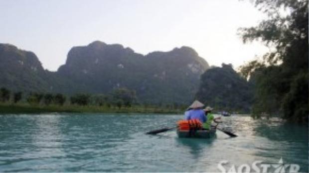 Những mái chèo ở Tràng An không chỉ trĩu nặngvì lực đẩy của nước hay trọng lượng của các hành khách trên thuyền mà cònvì gánh nặng mưu sinh của những người lái thuyền.