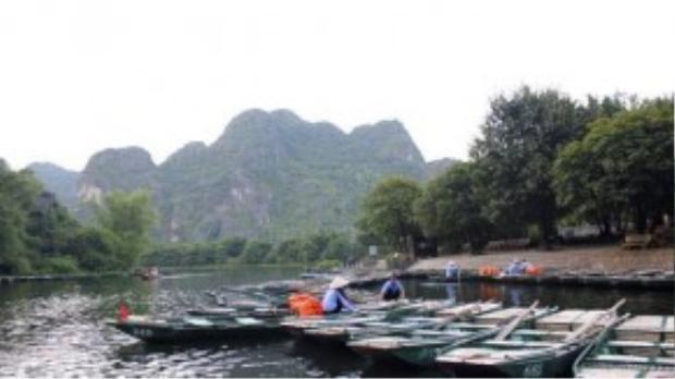 Những lái thuyền vừa chở khách về bến vội vã dọn dẹp, neo đậu thuyền để kịp về nhà trước bữa cơm tối bên gia đình. Đâu có cũng có những gương mặt thoáng buồn vì cả ngày không đi được chuyến nào.