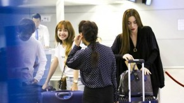 Hồ Ngọc Hà đi cùng mẹ ra sân bay