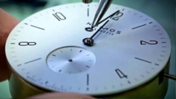 Quá trình lắp ráp mặt đồng hồ. (Ảnh chụp từ clip)