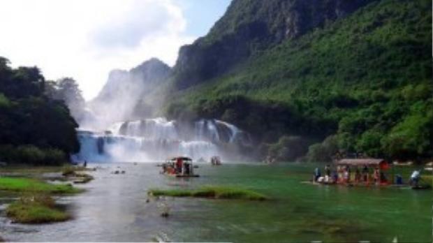 Du khách đến thác Bản Giốc thường thuê thuyền để được chở ra gần thác chính. Thuyền ở đây được kết từ những ống tre lớn nên trônggiống những chiếc bè có mái che hơn là những con thuyền truyền thống.