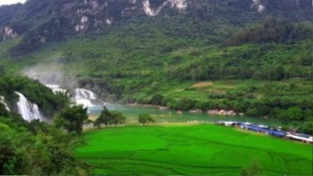 Dãy núi phía xa, nằm bên phải thác chính làđịa phận của tỉnh Quảng Tây, Trung Quốc. Do nằm ngay biên giới Việt - Trungnên thác Bản Giốc thu hút đông đảodu khách của cả hai nước ghé thăm mỗi ngày.