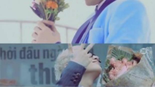 """Cùng """"hớn hở"""" bên hoa. (Ảnh chụp từ clip)"""
