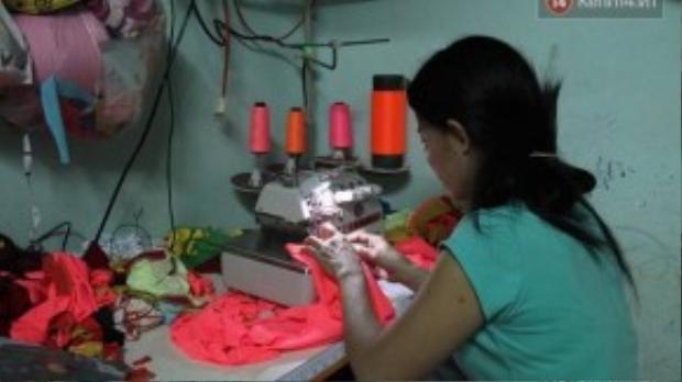 Mẹ của Trâm sẽ là người may quần áo để Trâm đi bán, vì hai năm nay cô bị bệnh bướu cổ, sức khỏe yếu, không còn đi phụ hồ được nữa. Chiếc máy may và máy vắt sổ được người ta bán trả góp, đến nay còn nợ tiền hơn 2 triệu đồng.
