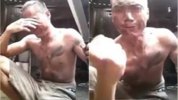 """Đột nhiên, người này bật khóc như một đứa trẻ. Cuối video, với gương mặt nức nở, anh ta vẫn giơ nắm tay quyết tâm """"phải trả thù"""". (Ảnh chụp từ clip)"""