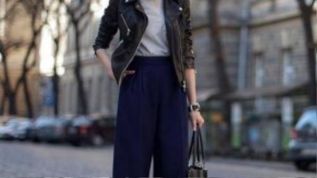 Quần cullotes kết hợp cùng áo khoác jeans hoặc da, mix với túi xách cùng chất liệu tạo phong cách mạnh mẽ, cá tính.