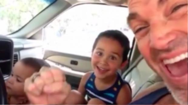 Cậu bé vui mừng khi thấy cha ủng hộ mình. (Ảnh chụp từ clip)