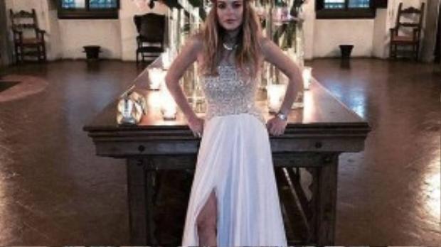 Lindsay mặc nổi bật ở đám cưới bạn.