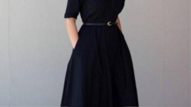 Chiếc váy này được xem là khá dễ tính, có thế kết hợp với sơ mi, áo phông rộng, áo thun ôm tay dài.