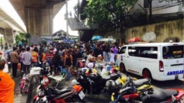 Cảnh sát đóng cửa một phần cây cầu Sathorn sau vụ nổ thứ hai. Ảnh: Twitter