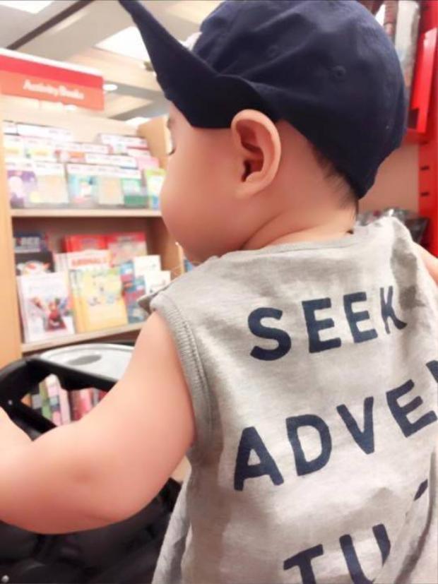 Vy Oanh đưa con trai bụ bẫm đi nhà sách