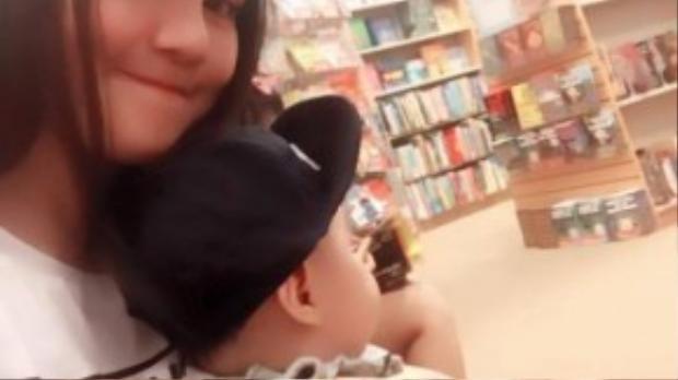 Vào nơi rộn ràng, náo nhiệt, con trai Vy Oanh có vẻ thích thú và nhìn khắp nơi. Vy Oanh hào hứng và hứa sẽ đưa con đi nhà sách mỗi tuần 1 lần.