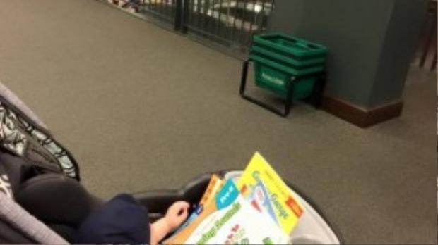Vy Oanh chọn mua rất nhiều sách để con trai xem hình ảnh, phát triển trí não ngay từ bé.